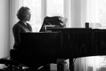 PHOTOLOGIX_sanne_op_piano