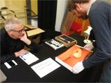 Rob bekijkt fotoboek Costes