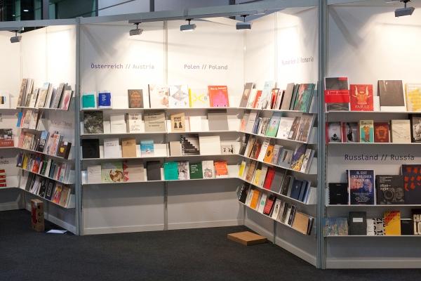 Deel van de boekenwand in de stand van Stiftung Buchkunst