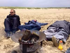 Ontspanning rondom het vuur. Foto: Willemijn Phielix